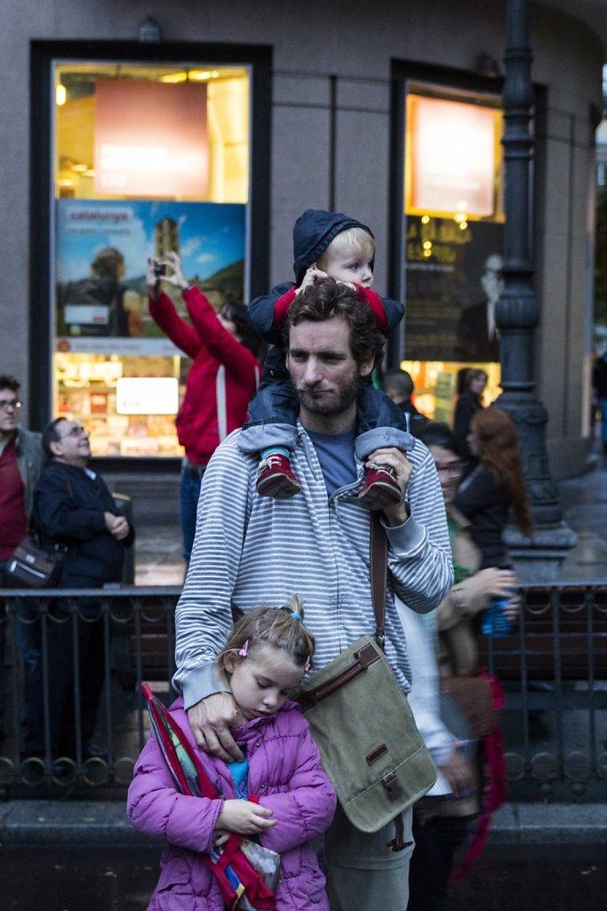 Manifestante con sus hijos